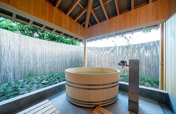 ヒノキの浴槽の露天風呂